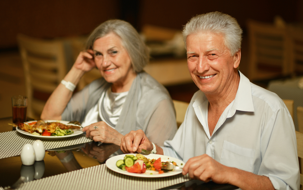 assisted-living-residents-enjoy-dining-room-personal-care-services-