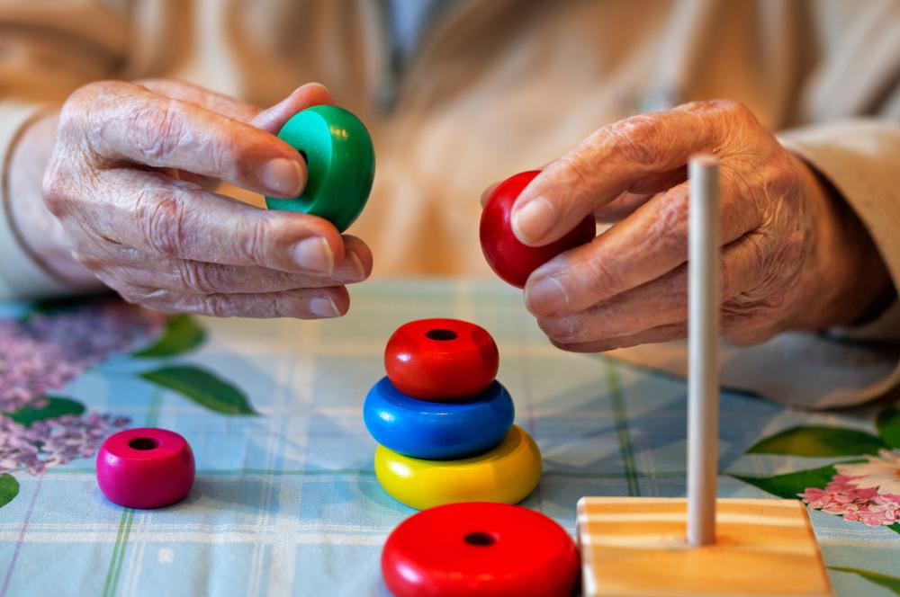 senior-care-facility-memory-care-activities-reduce-symptoms-of-Alzheimer's-disease-memory-loss-dementia